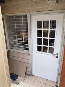 puerta con vidrio blanca