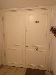 puerta ancha blanca