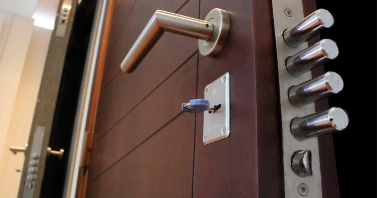 Puerta blindad de seguridad con cerradura y estructura en acero
